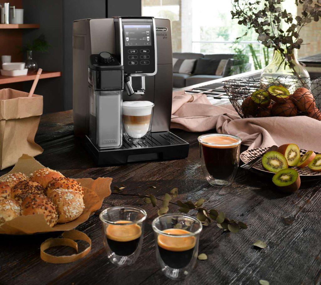 Zwölf verschiedene, vorinstallierte Spezialitäten sowie bis zu sechs eigene Kaffeekreationen bietet die Dinamica plus von De'Longhi und lasst keine Wünsche offen. Foto: De'Longhi