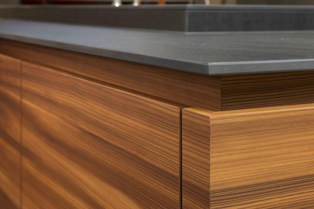 Die edle Furnieroberfläche im Detail. Foto: IFN/Rempp Küchen