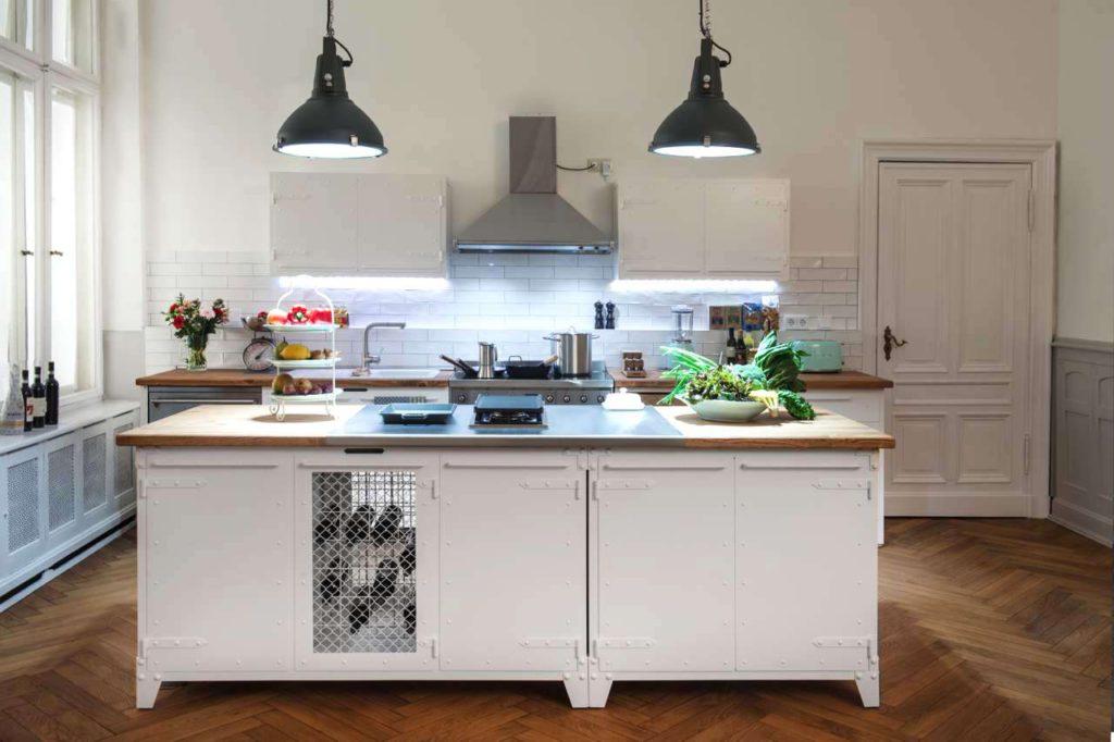 weiße Küche, Noodles, Smeg, Retro Berlin