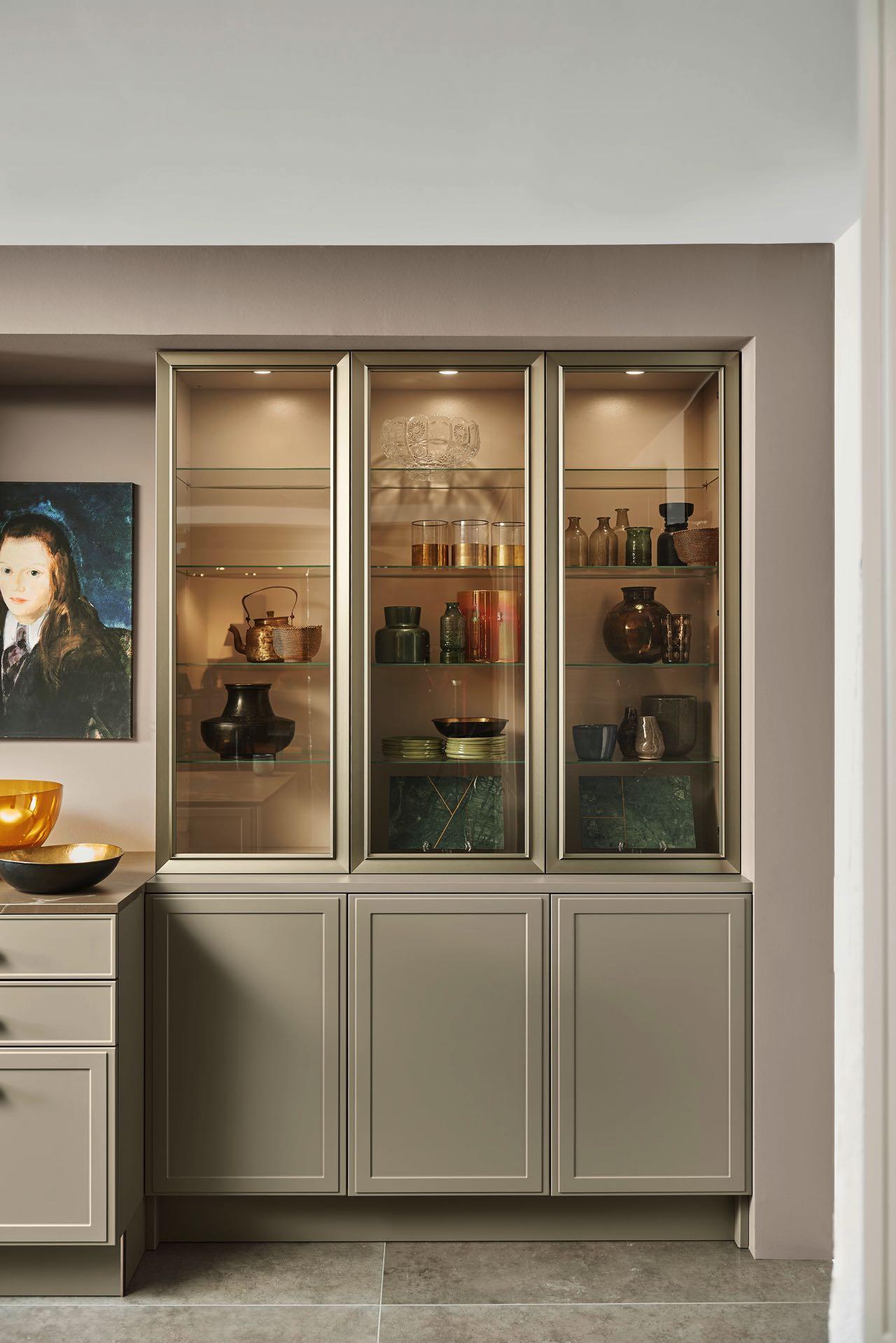 amk-pm-2020 eyecatcher in der küche_ beleuchtete vitrinen
